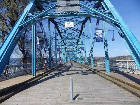 Walnut Street Bridge: View at the start of the bridge