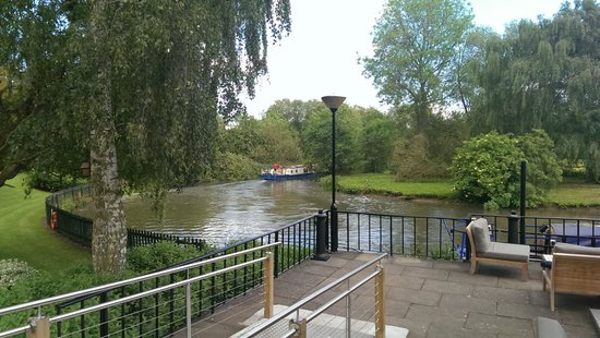 Crowne Plaza Stratford-Upon-Avon: Terrace overlooking river