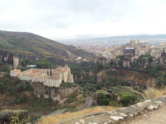 Parador de Cuenca : Vista desde lo alto del Parador, a la izquierda, y de la ciudad.