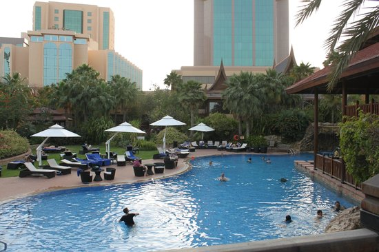 Gulf Hotel Bahrain Convention and Spa : pool and hotel