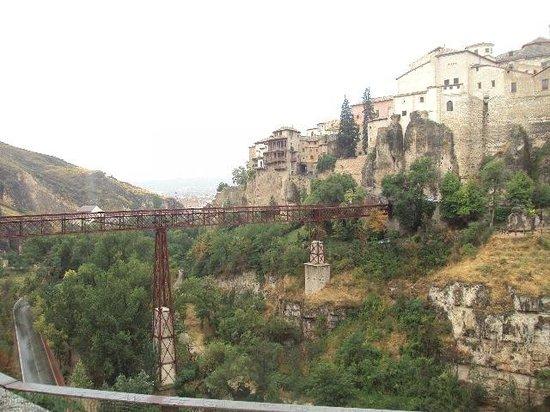 Parador de Cuenca: Vista desde el Parador del Puente de San Pablo y de las casas colgadas.