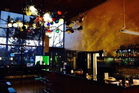 Hotell Ett: Urmysig bar och ett fantastiskt lysande konstverk i taket - wow!
