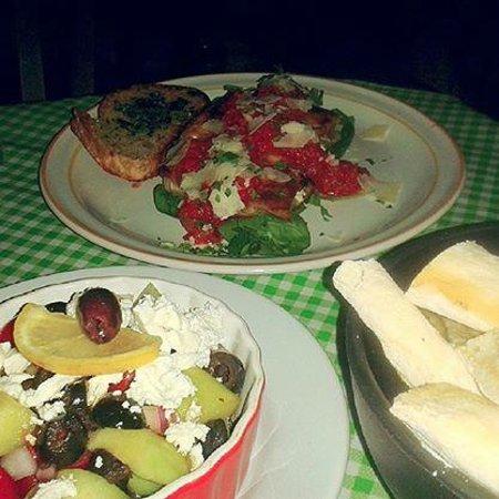 Rescoldos Mediterranean Bistro : Lasagna y Greek salad