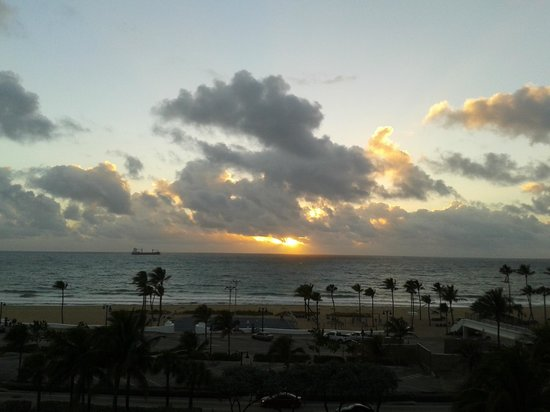 Bahia Mar Fort Lauderdale Beach - a Doubletree by Hilton Hotel: Amanhecer - vista janela do quarto