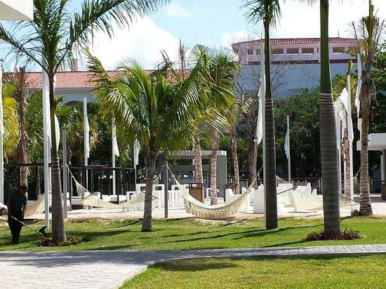 Hotel Riu Yucatan: La zona de descanso, mas alberca, musica relax y un bar, que mas......