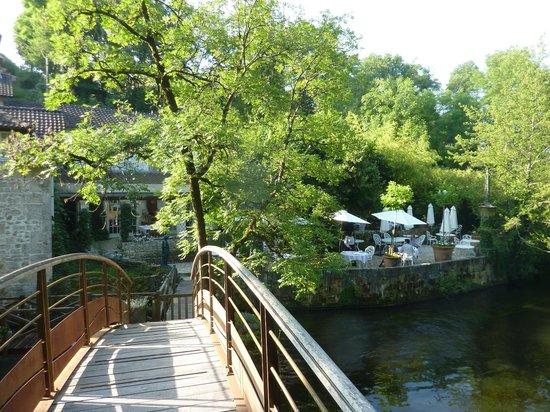 Le Moulin du Roc : Le restaurant au bord de l'eau