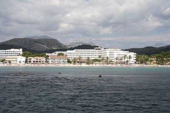 Hotel Condesa de la Bahia: View of the hotel from the bay of Alcudia
