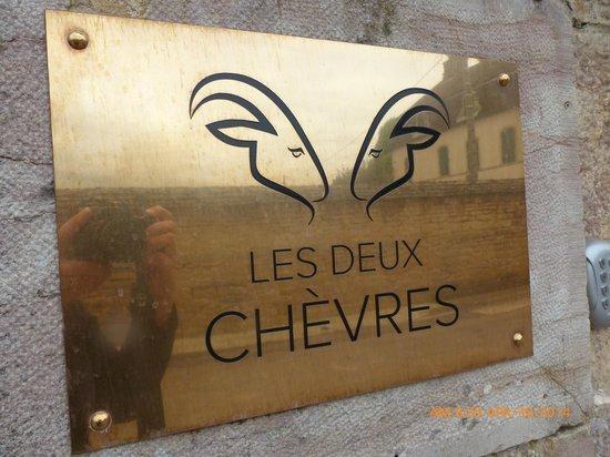 Les Deux Chèvres : The sign