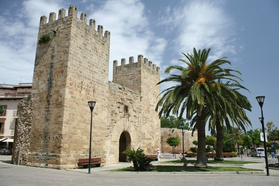 Alcudia Old Town: One of the gates into the old town