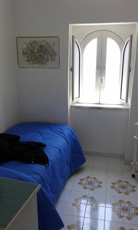 Holidays Baia D'Amalfi: Habitación individual con TV, WIFI y hormigas