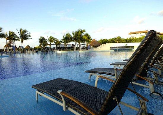 BlueBay Grand Esmeralda : Pool before breakfast