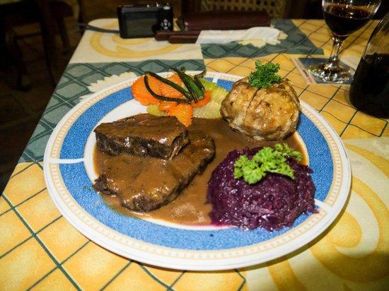 Charly's Bar & Restaurant : Rheinische Sauerbraten with red cabbage, bread dumplings and sauce