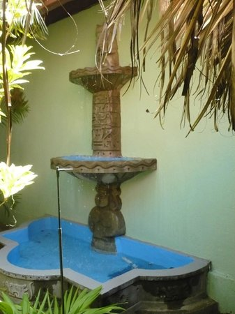 Charly's Bar & Restaurant: Water fountain