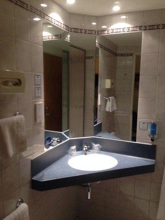 Holiday Inn Express Exeter: Bathroom