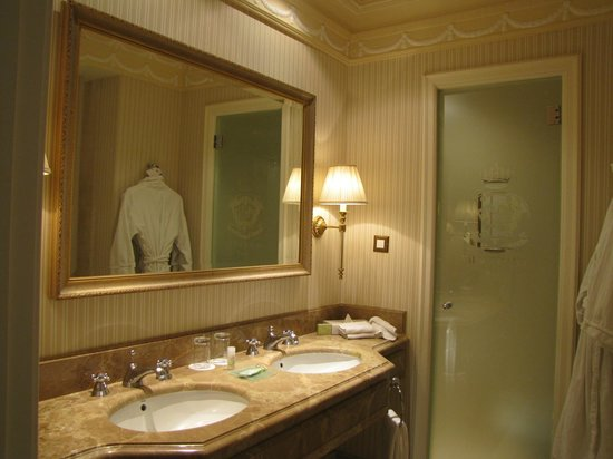 The Westin Palace Madrid: Very Spacious with double sinks.