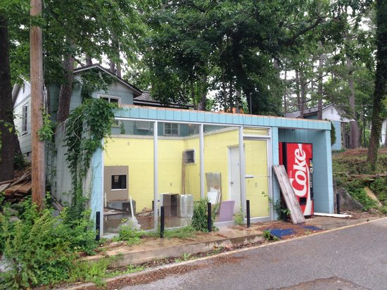 The Joy Motel : Ice machine and vending area appears to be closed.