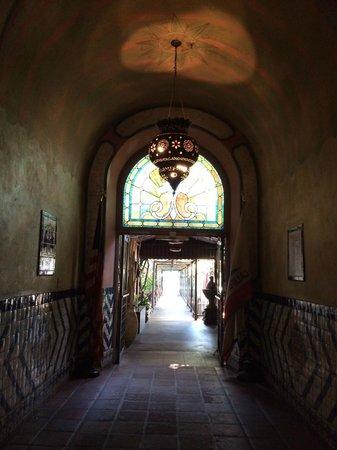 Hotel Figueroa: hallway to the pool