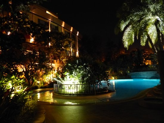Kigali Serena Hotel: nightime lighting around the pool