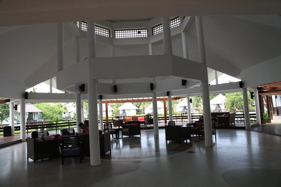 Peace Laguna Resort: Foyer Area, nice outlook over lagoon