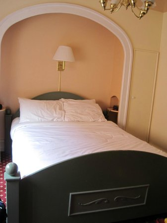 Bedford Regency Hotel : The bed