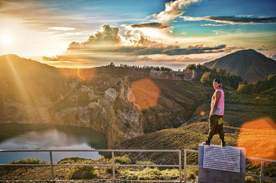 Mount Kelimutu: Kelimutu - Crater Lake Volcano - Ende - Flores - Indonesia - Wandervibes - view from statue