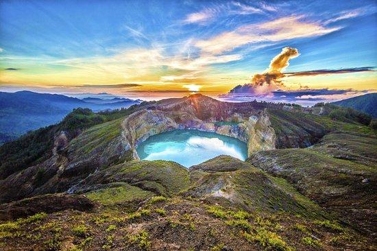 Mount Kelimutu: Kelimutu - Crater Lake Volcano - Ende - Flores - Indonesia - Wandervibes - sunrise
