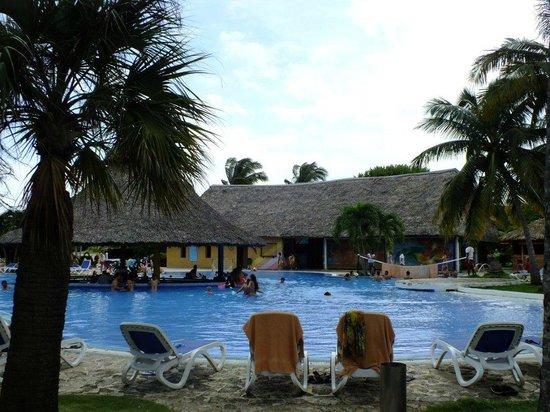 Hotel Roc Arenas Doradas: Pool with a view of a snack bar