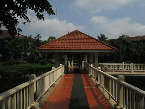 Sofitel Angkor Phokeethra Golf and Spa Resort : Beautiful Grounds