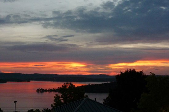 Chateau on the Lake Resort & Spa: Sun Set over Table Rock from one of Chateaus sitting decks