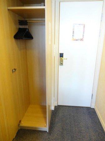 Balestrand Hotel: Room 208 Wardrobe