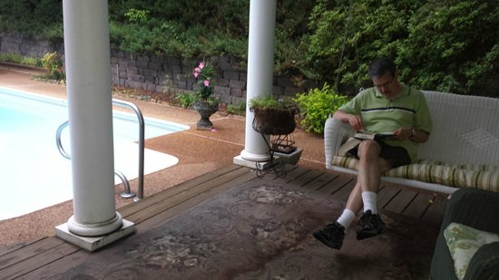 Andover Plantation: very relaxing porch swing next to the gorgeous pool and gardens