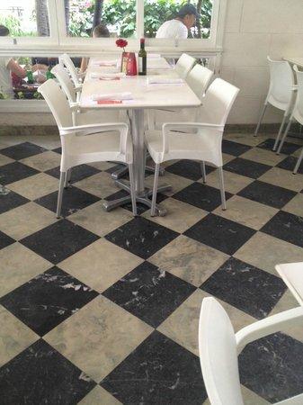 As cadeiras plásticas brancas destoam no primeiro salão!
