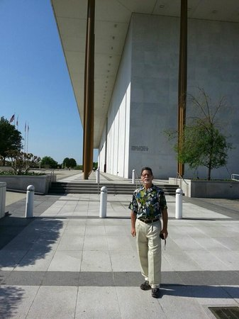 John F. Kennedy Center for the Performing Arts : Walking to the Kennedy Center