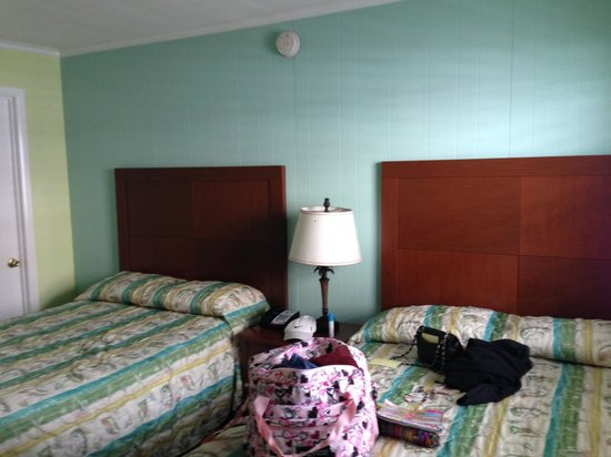 Madison Beach Motel: Two double beds