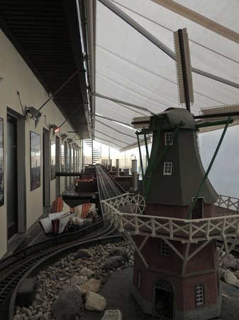 Vytopna Railway Restaurant - Starobrnenska: Atendimento por trilhos nas mesas externas.