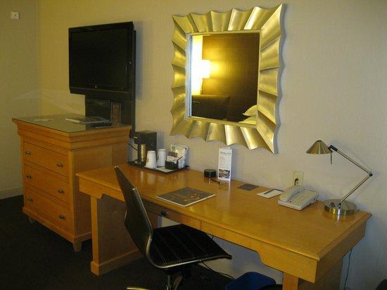 Sheraton Grand Sacramento Hotel: Desk & TV