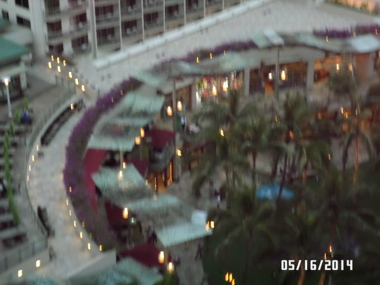 The Imperial Hawaii Resort at Waikiki: Looking down to the court across the street/free dance shows Tuesday and Thursday early p.m.