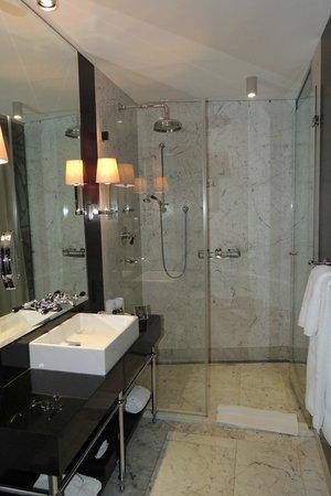 Hotel Topazz: Banheiro - excelente chuveiro!