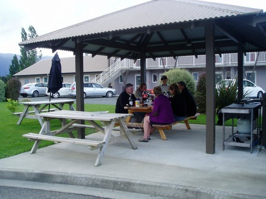 Mohua Motels: BBQ area