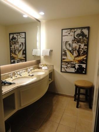 Gaylord Texan Resort & Convention Center: Spacious bathroom with double sinks and plenty of room for toiletries.