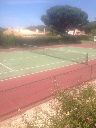 Pinhal da Marina: Tennis court.