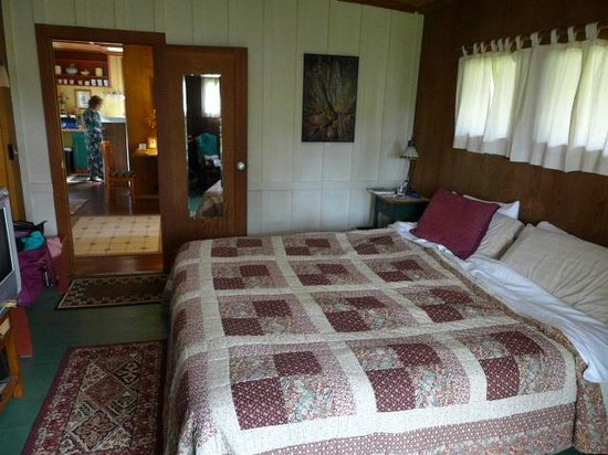 Crater Rim Cabin: bedroom