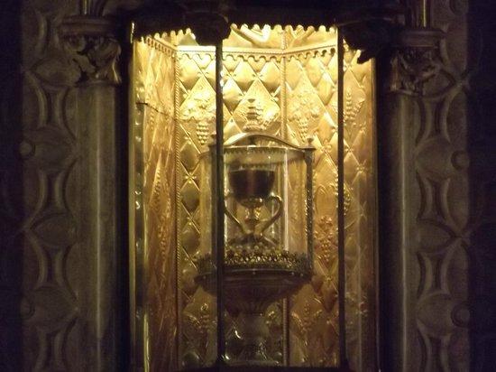 """Casco Antiguo: """"Santo Graal"""" exposto no altar da Capela interna da Catedral de Valencia"""