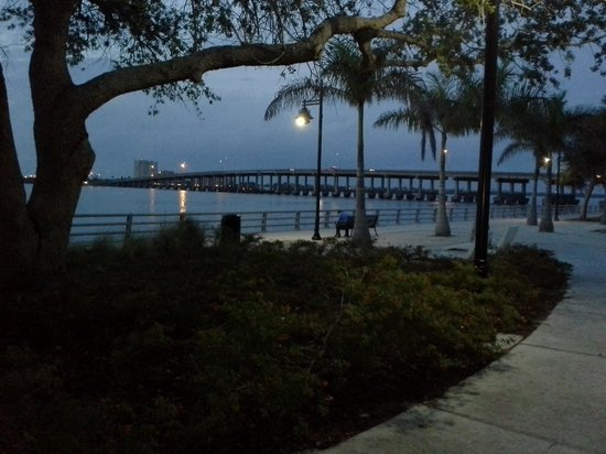 Courtyard Bradenton Sarasota/Riverfront: Evening stroll on the Riverwalk