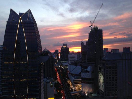 Novotel Bangkok Ploenchit Sukhumvit : sunset from the premier lounge floor 29