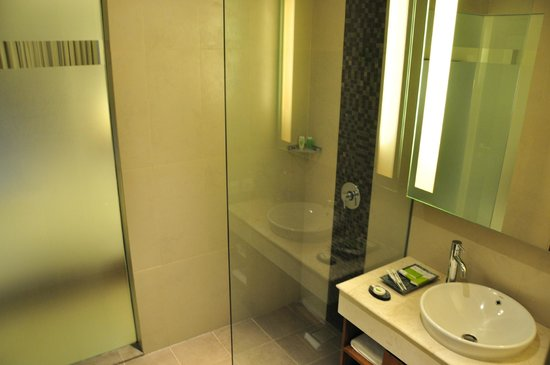 Taksu Sanur Hotel: Bathroom
