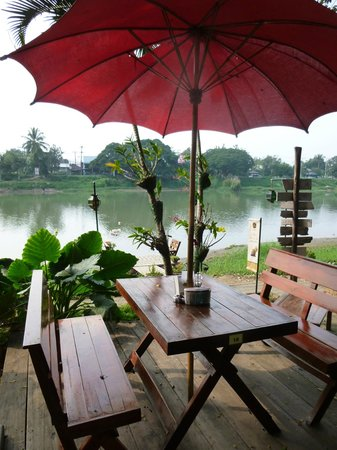 Hollanda Montri Guesthouse: Breakfast alonge the river