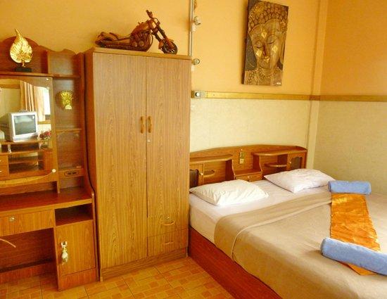 Hollanda Montri Guesthouse: Standard Aircon room