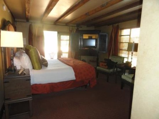 Royal Palms Resort and Spa: Bedroom was separate from the sitting area.