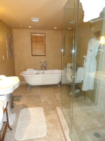 Royal Palms Resort and Spa: Large bathroom with separate tiled showed.